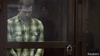 """Британский журналист Кирон Брайан, один из обвиняемых по делу """"Арктик санрайз"""", в суде в Мурманске 11 октября 2013 года"""