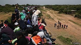 Inmigrantes centroamericanos cruzan México en tren