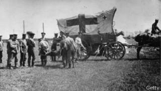 حصان يجر عربة إسعاف عسكرية
