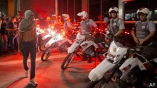 Black blocs desafim polícia em São Paulo (foto: AP)