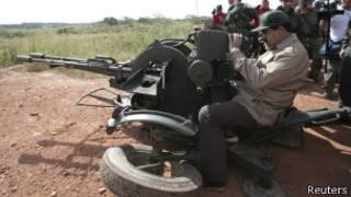 Presidente Nicolás Maduro usa uma metralhadora em exercício (foto: Reuters)