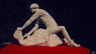 Скульптура с солдатом-насильником