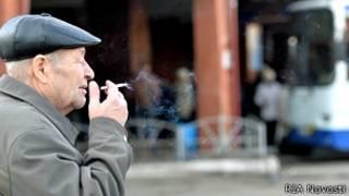 курящий на автовокзале