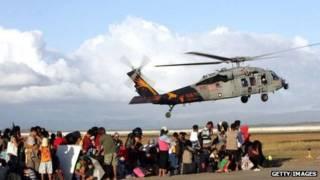 Nạn nhân siêu bão Haiyan nhận hàng cứu trợ