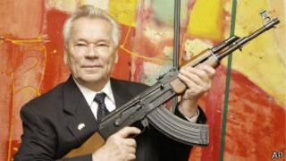 Míjail Kalashnikov con el AK-47