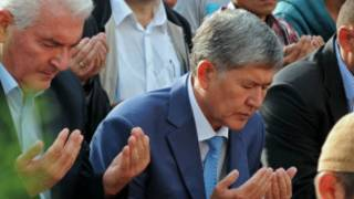 Президент Киргизии Алмазбек Атамбаев читает намаз
