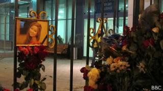 Цветы в память о погиших в авиакатастрофе в Казани