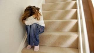 Menina esconde o rosto | Crédito: BBC
