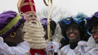 Pessoas vestidas de Zwarte Piet em celebração na Holanda
