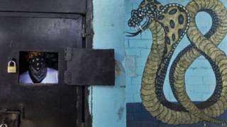 Membro da gangue Mara 18 em presídio hondurenho (AP)