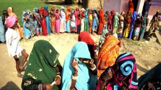 मध्य प्रदेश में मतदान के लिए क़तार में खड़ी महिलाएं.