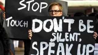 बलात्कार के ख़िलाफ़ प्रदर्शन करते लोग