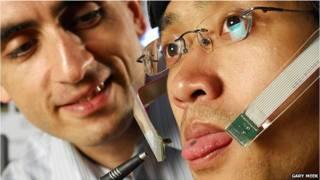 Dispositivo con piercing en la lengua