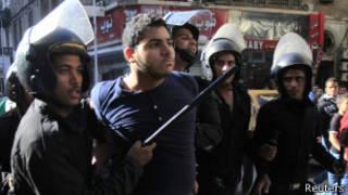 Policías en Egipto arrestan a un manifestante
