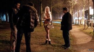 Французские полицейские беседуют с проституткой и ее клиентом