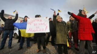 """Демонстрант с плакатом: """"Украина, выходи на Майдан"""""""
