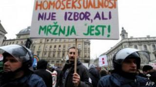 """На плакате протестующих написано: """"Гомосексуальность не выбирают. Ненависть - это личный выбор""""."""
