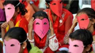 Mulheres com máscaras. Foto: BBC