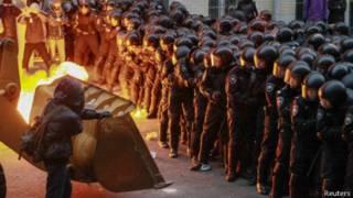 示威者与警方对峙