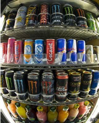 Nevera con bebidas energéticas.