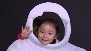 Niña china en exposición sobre la Luna