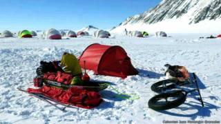 Tienda, equipo y bicicleta de Juan Menéndez Granados en el Union Glacier