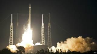 صاروخ فالكون التابع لشركة سباس إكس أثناء انطلاقه نحو الفضاء
