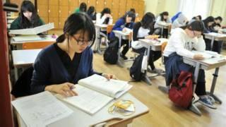 Học sinh châu Á tham gia kỳ sát hạch