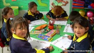 Niños colombianos aprendiendo bajo el modelo Escuela Nueva. Foto: Cortesía Fundación Escuela Nueva, Qatar Foundation