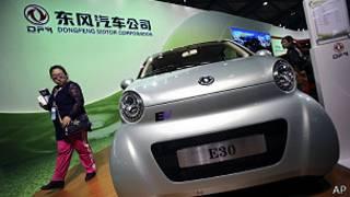 上海汽车展上的一辆东风电动车(5/11/2013)