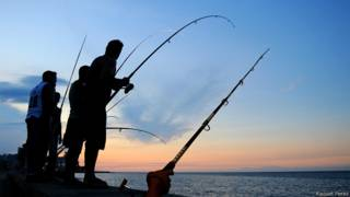 Pescando en el malecón de La Habana