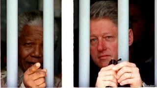 نیلسن منڈیلا اس وقت کے امریکی صدر بل کلنٹن کے ہمراہ