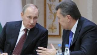 ویکتور یانوکوویچ، رئیس جمهوری اوکراین (راست) و ولادمیر پوتین رئیس جمهوری روسیه