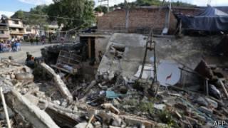 منظر لمركز الشرطة المدمر في إنزا، بولاية كوكا الكولومبية، بعد التفجير