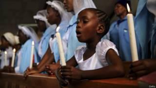 Sul-africanos rezam por Nelson Mandela na igreja católica Regina Mundi no Soweto (foto: Getty)