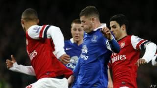 """Росс Баркли (""""Эвертон"""") атакует защиту """"Арсенала"""", 8 декабря 2013 года"""
