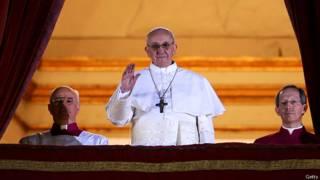 El papa Francisco saluda  la muchedumbre