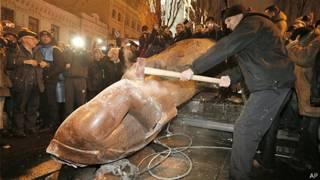 Tượng Lenin bị đập bể ở Ukraine