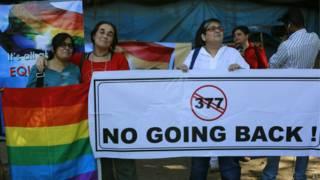 भारत में समलैंगिकता को अपराध ठहराने वाले फैसले का विरोध करते लोग