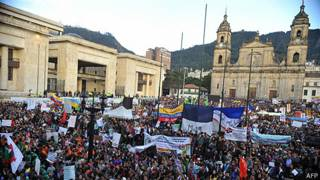 manifestación a favor del alcalde Gustavo Petro en la plaza de bolívar de bogotá