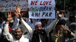حشود من الباكستانيين المسلمين