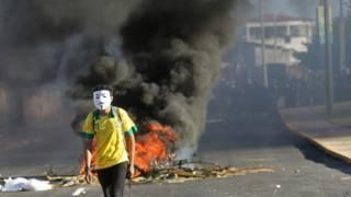 Manifestante durante protesto em Fortaleza (foto: AP)