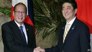 رئيس الوزراء اليابانى شينزو آبي يصافح رئيس الفلبين بنينو اكوينو