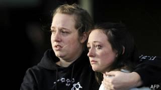 Imágenes de TV muestran el desalojo de la escuela Arapahoe en Colorado, EE.UU., tras informes de tiroteo