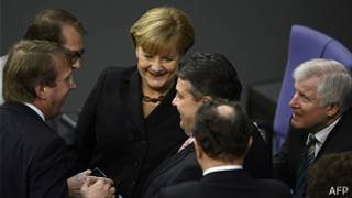 Angela Merkel y miembros de su gabinete de coalición