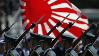 Militares se apresentam em parada no Japão (foto: Reuters)