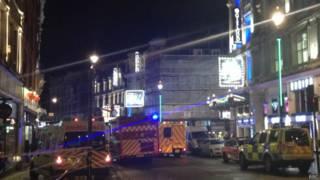 Ambulâncias diante do teatro Apollo (BBC)