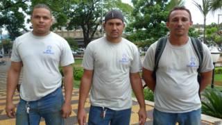 Os trabalhadores Rafael Rocha Gomes (à esq.), José Edval da Silva e Evaldo Barbosa Araújo (à dir.) - foto: BBC