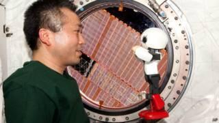روبات و فضانورد ژاپنی