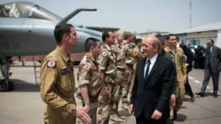 Jean-Yves Le Drian au Mali, aux côtés des soldats de l'opération Serval, remplacée désormais par Barkhane